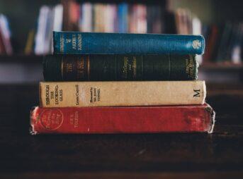 本の帯はなぜついているのか、役割と意味を解説【読書術にも使えます】