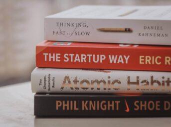 ビジネス書を自己啓発本の違いとは?【見分け方も解説】